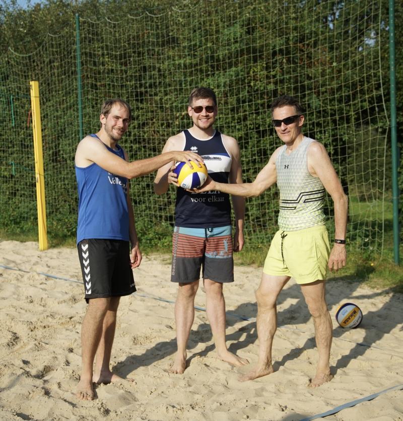 Regions-Beachwart Jan Hegemann (rechts) überreicht einen Beachball an die beiden Spieler Jan Ballowitz (links) und Lukas Göckeritz von den Sandtümmlern. Beide hatten in diesem Sommer keinen Satz abgegeben.